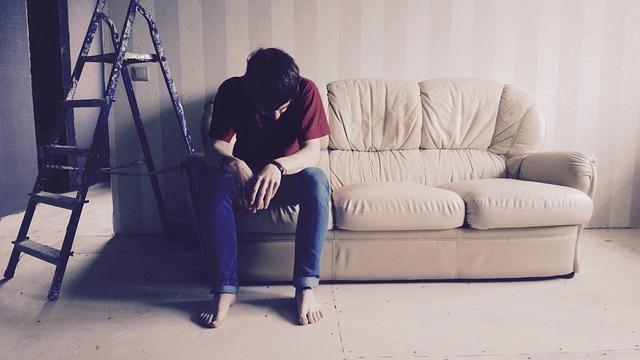 muž na gauči