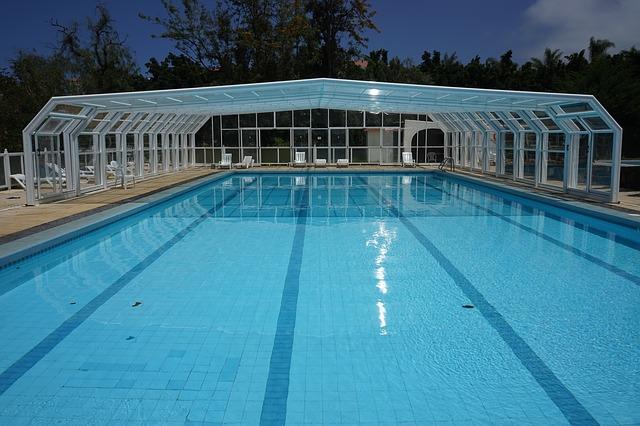Před použitím bazénových tablet je třeba vodu v nádrži otestovat