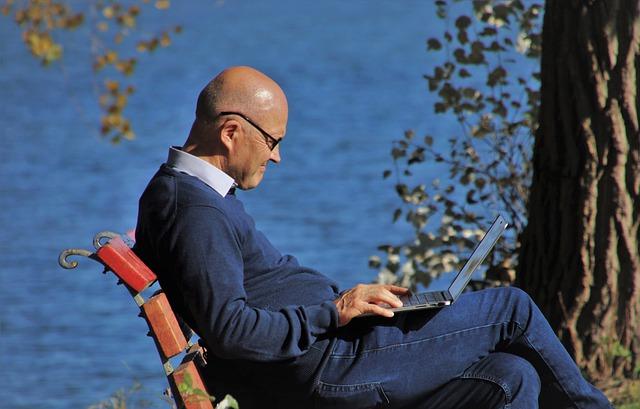 muž důchodce sedící na lavičce
